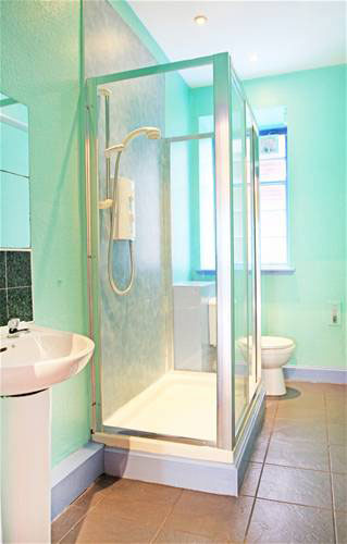 Shower room at Cowgate Budget apartments